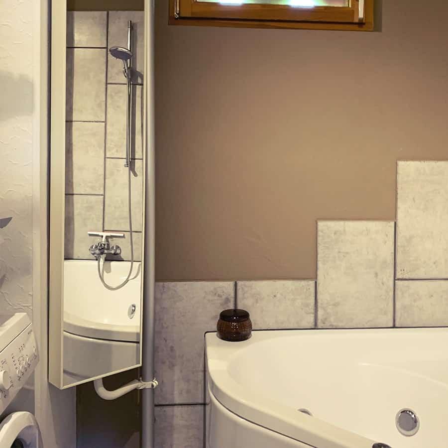 Bad mit Waschmaschine und Spiegel