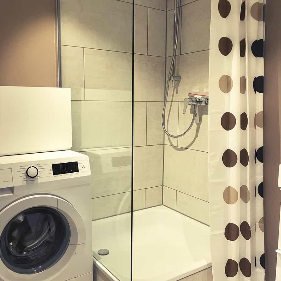 Dusche sowie Waschmaschine