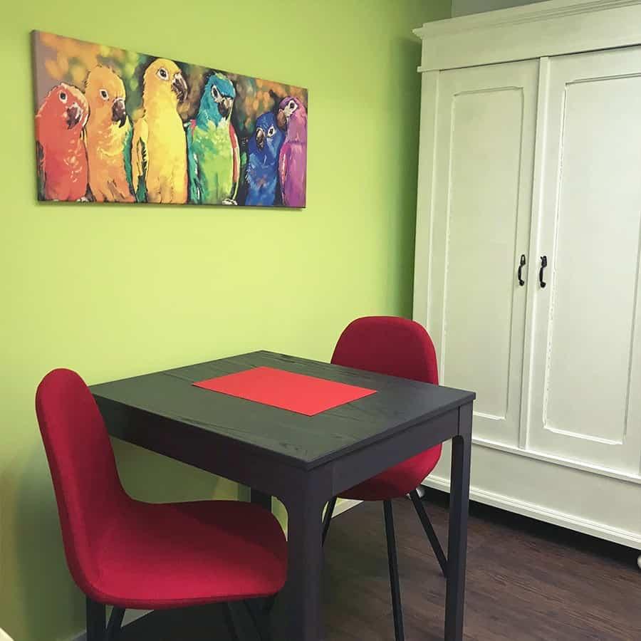 Essbereich mit Stühlen Tisch und Schrank