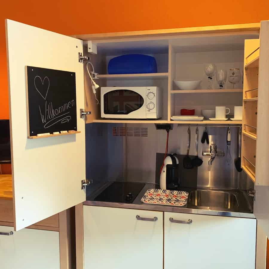 Schrankküche mit Kochplatten und Waschbecken