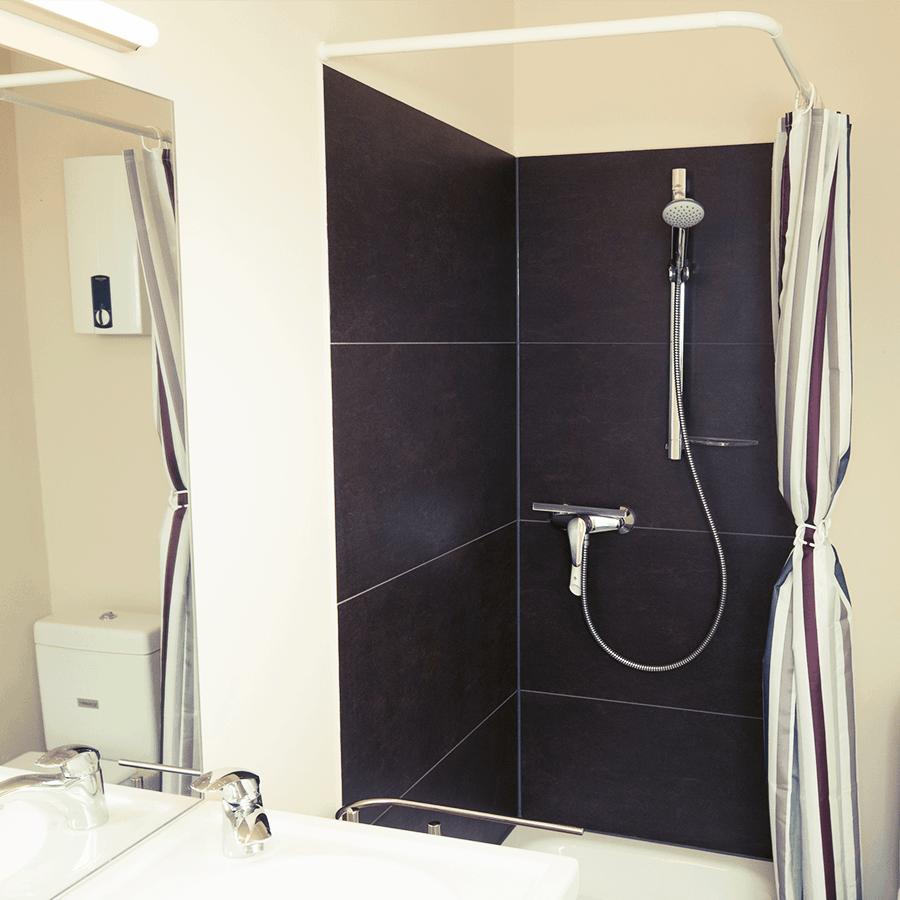 Dusche mit Vorhang