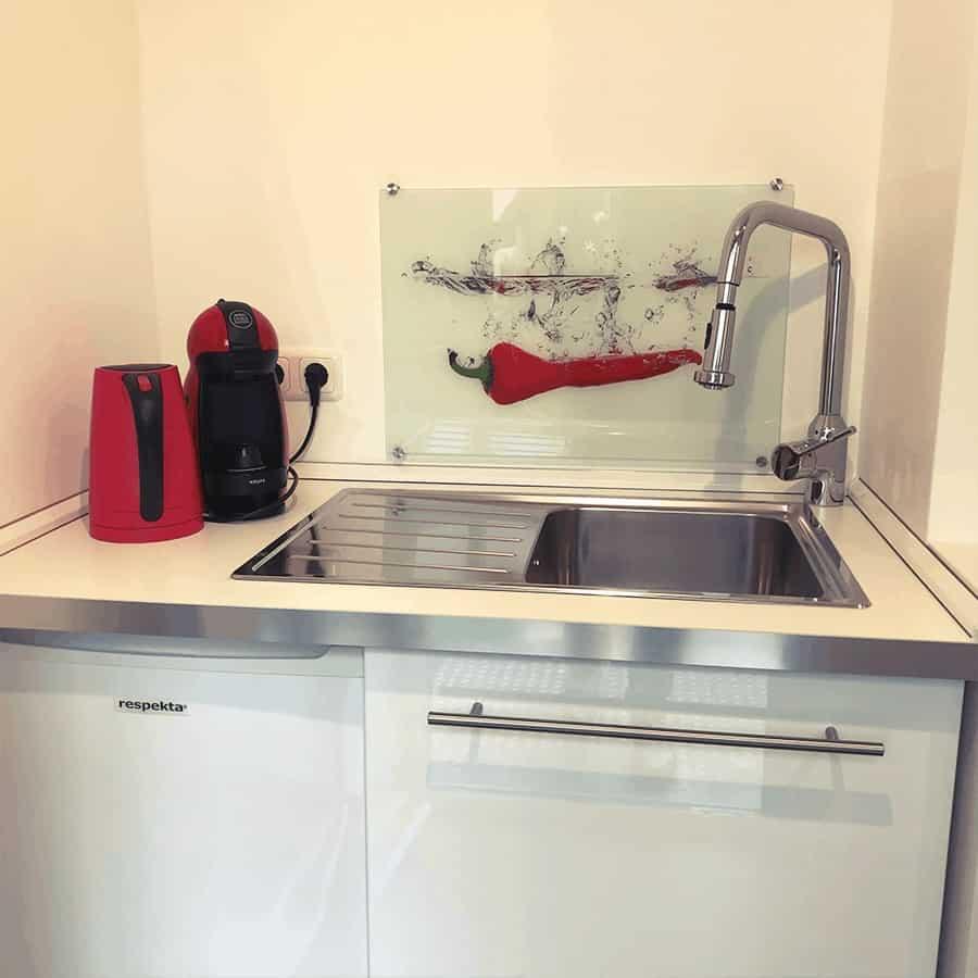 Küchenzeile mit Spüle und Kühlschrank