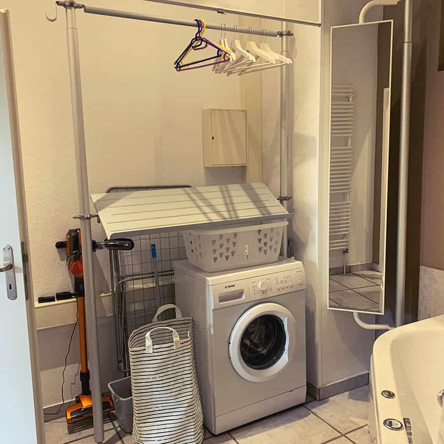 Garderobe mit Waschmaschine und Spiegel