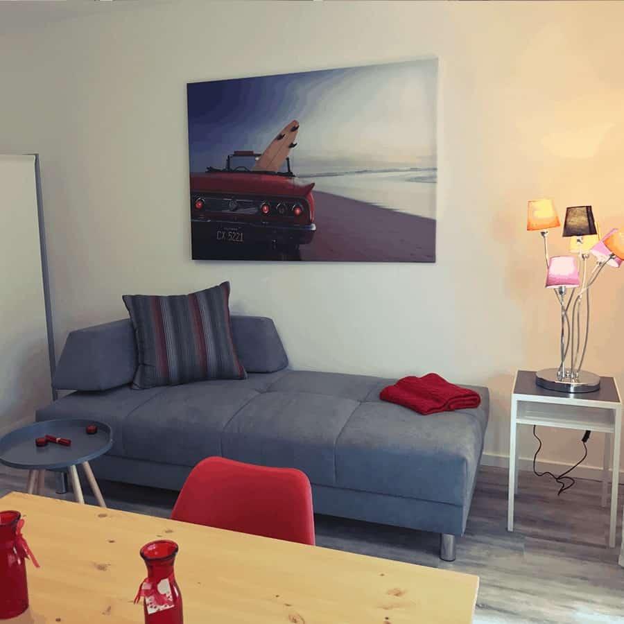 Couch mit Beistelltischen