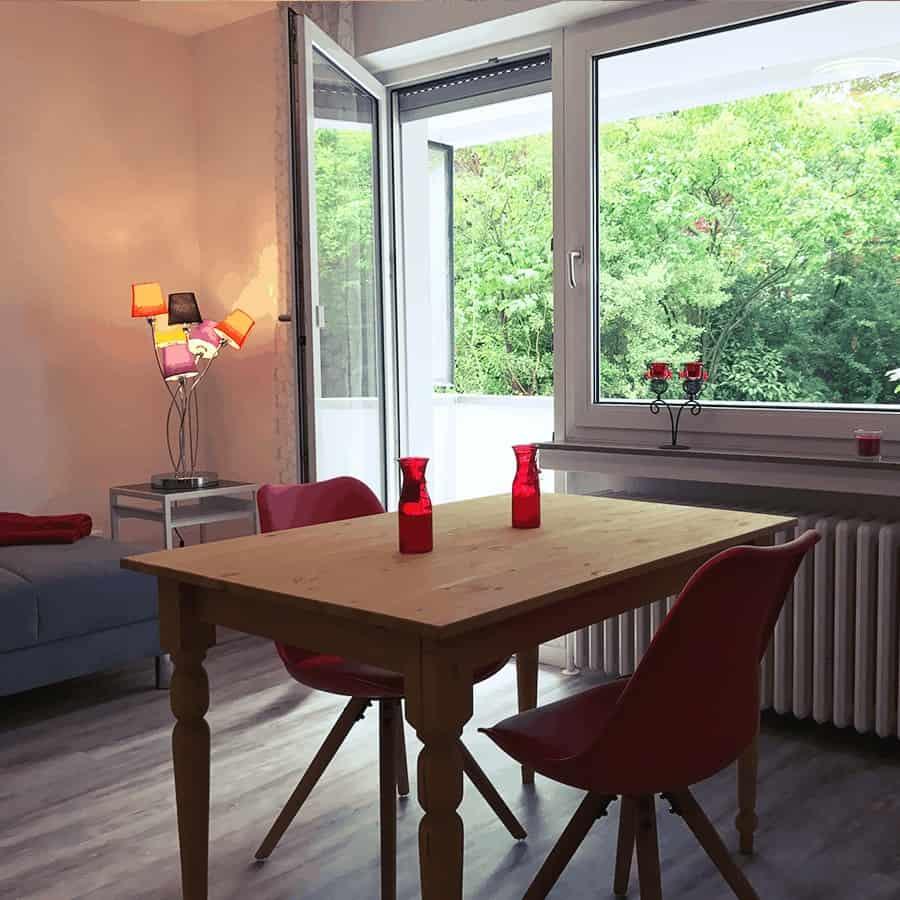Stühle mit Tisch und Balkontüre