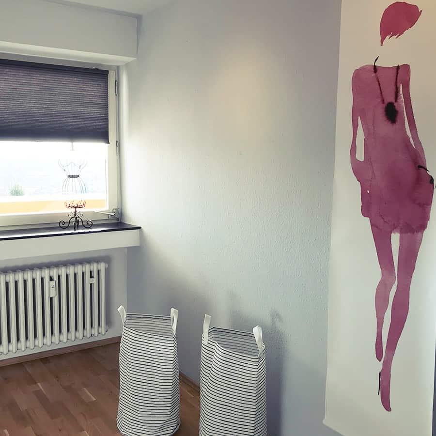 Ankleidezimmer mit Wäschekörben