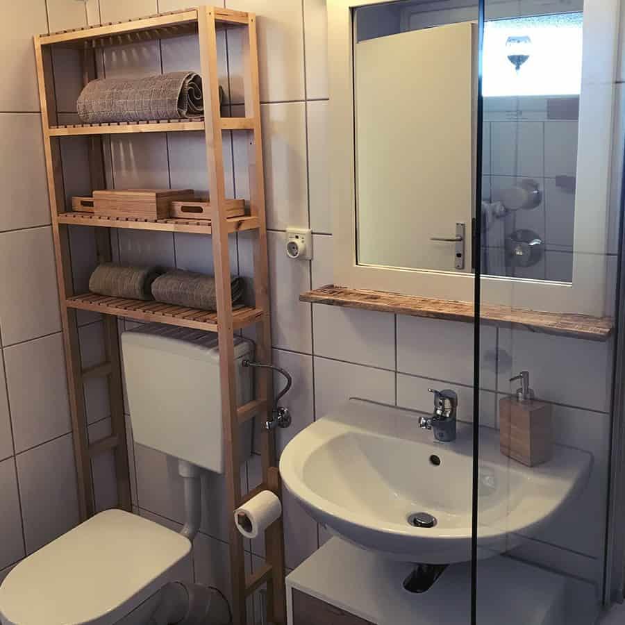 Waschbecken, WC und Spiegel