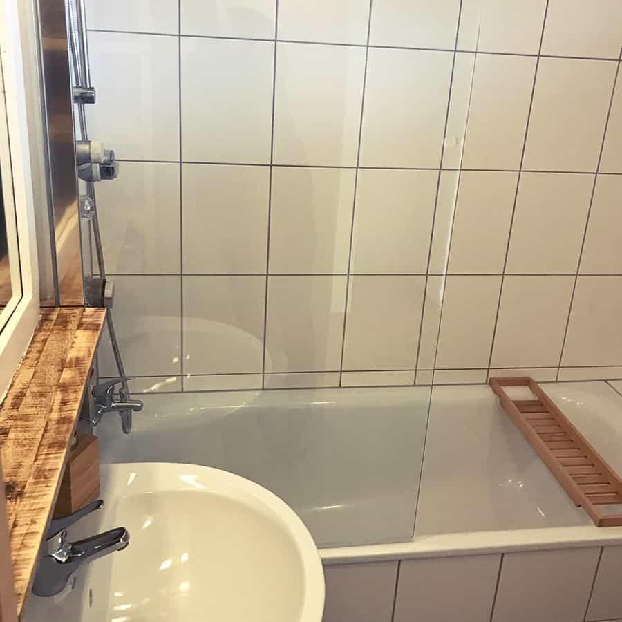 Große Badewanne mit Glastrennung