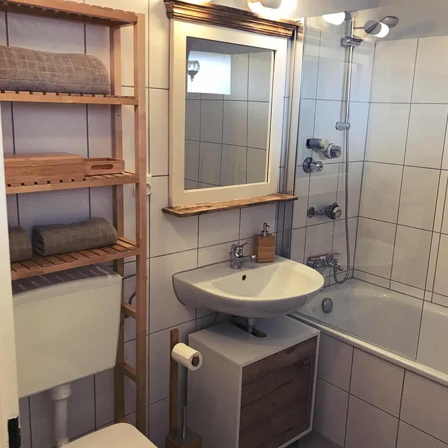 Große Badewanne, Waschbecken, WC und Spiegel