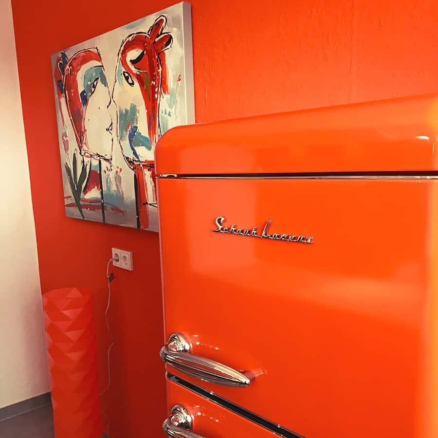 Kühlschrank und Stehlampe