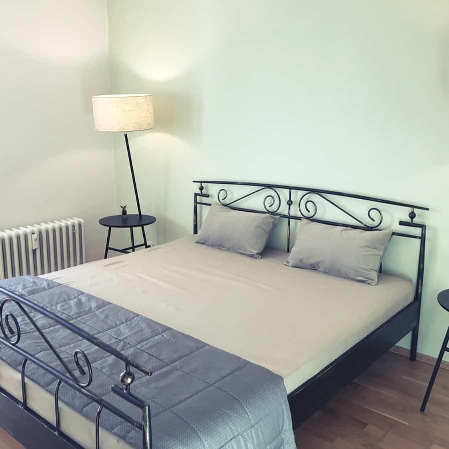 Bett mit Beistelltisch und Leuchte