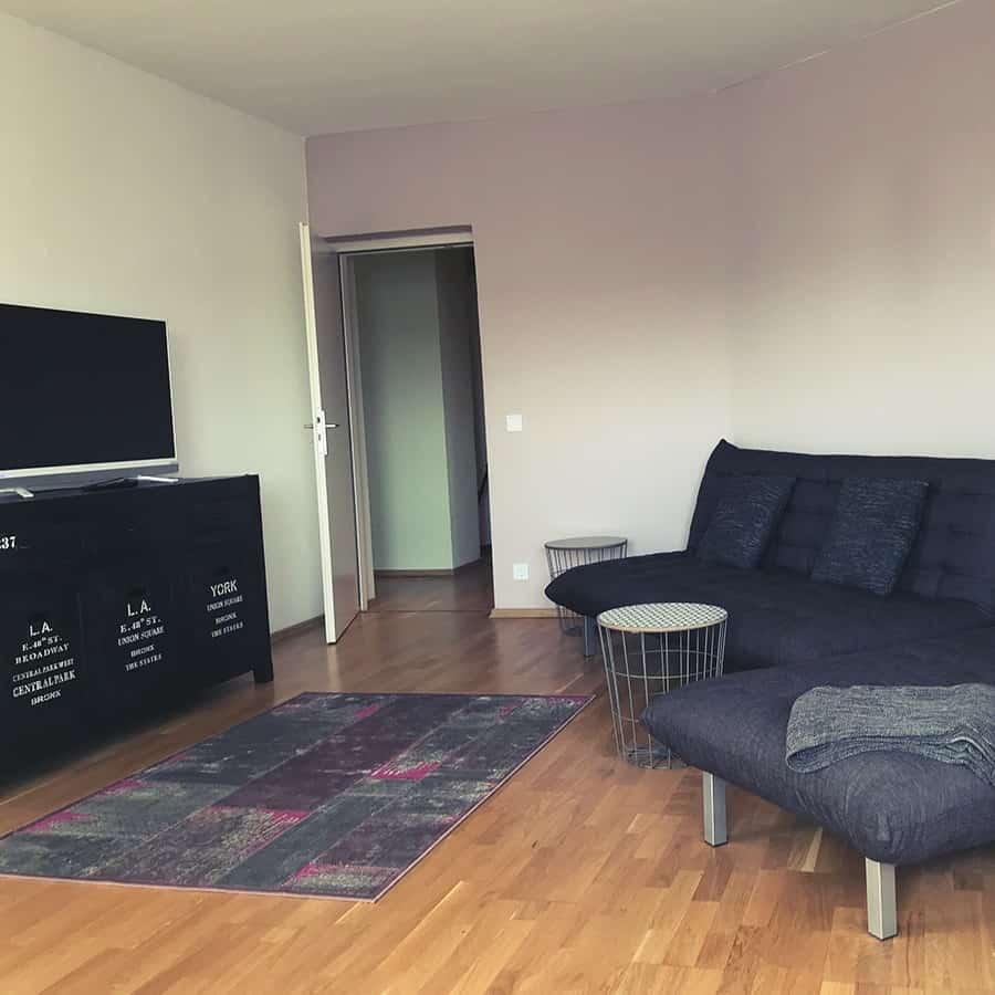 Couch mit TV und Kommode