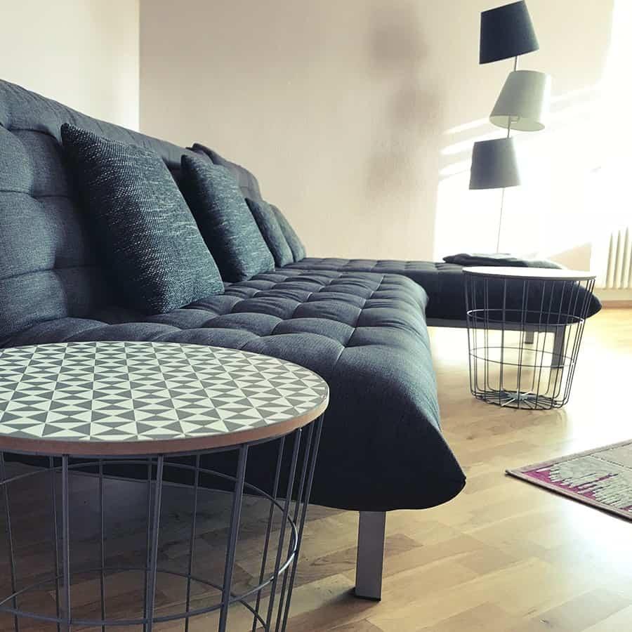 Couch mit Stehlampe und Beistelltischen