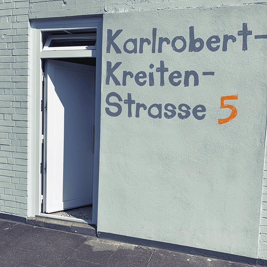 Eingang der Karlrobert-Kreiten-Straße 5,