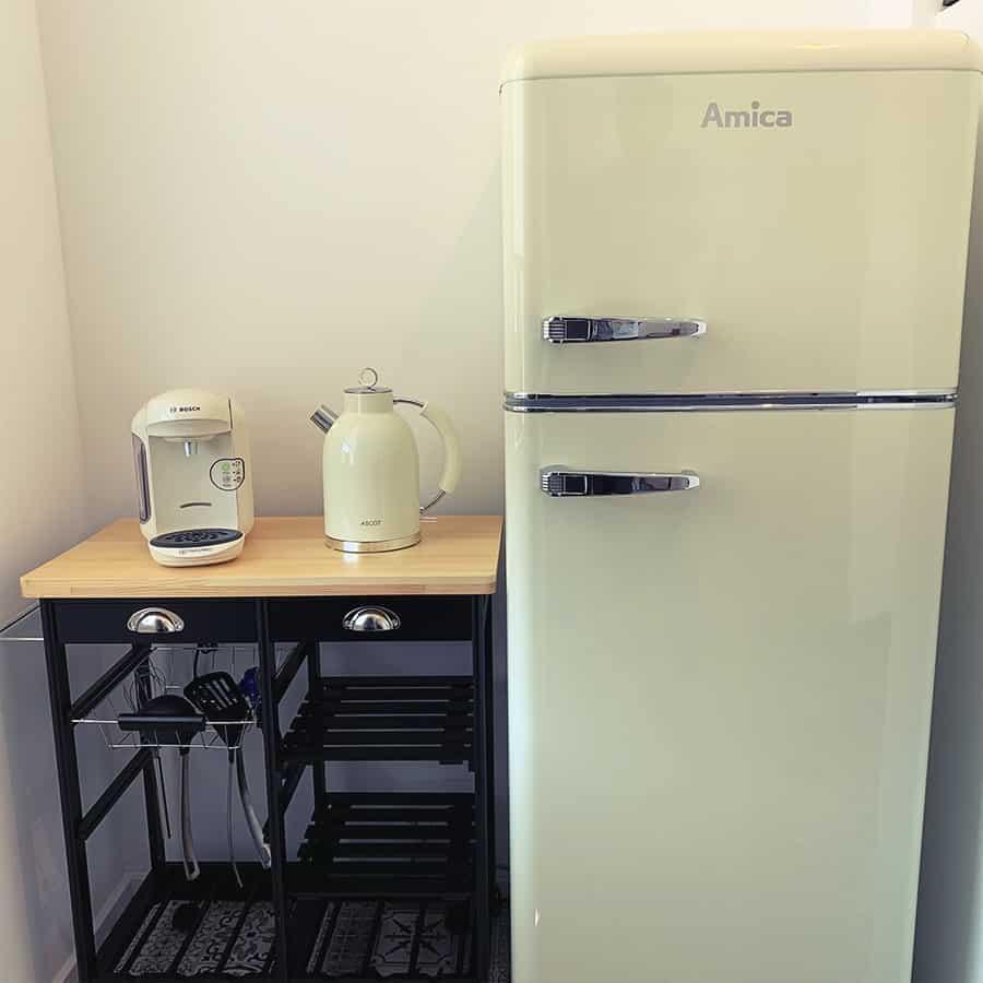 Kühlschrank, Kaffeemaschine und Wasserkocher