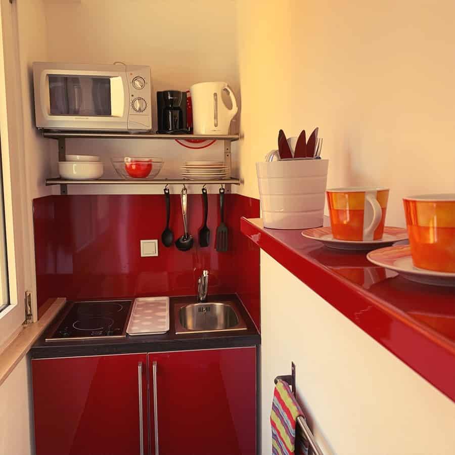 Küchzeile mit Kochfeldern und Mikrowelle