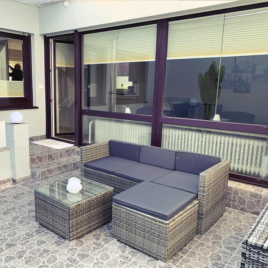 Innhof-Sofa mit Beistelltisch