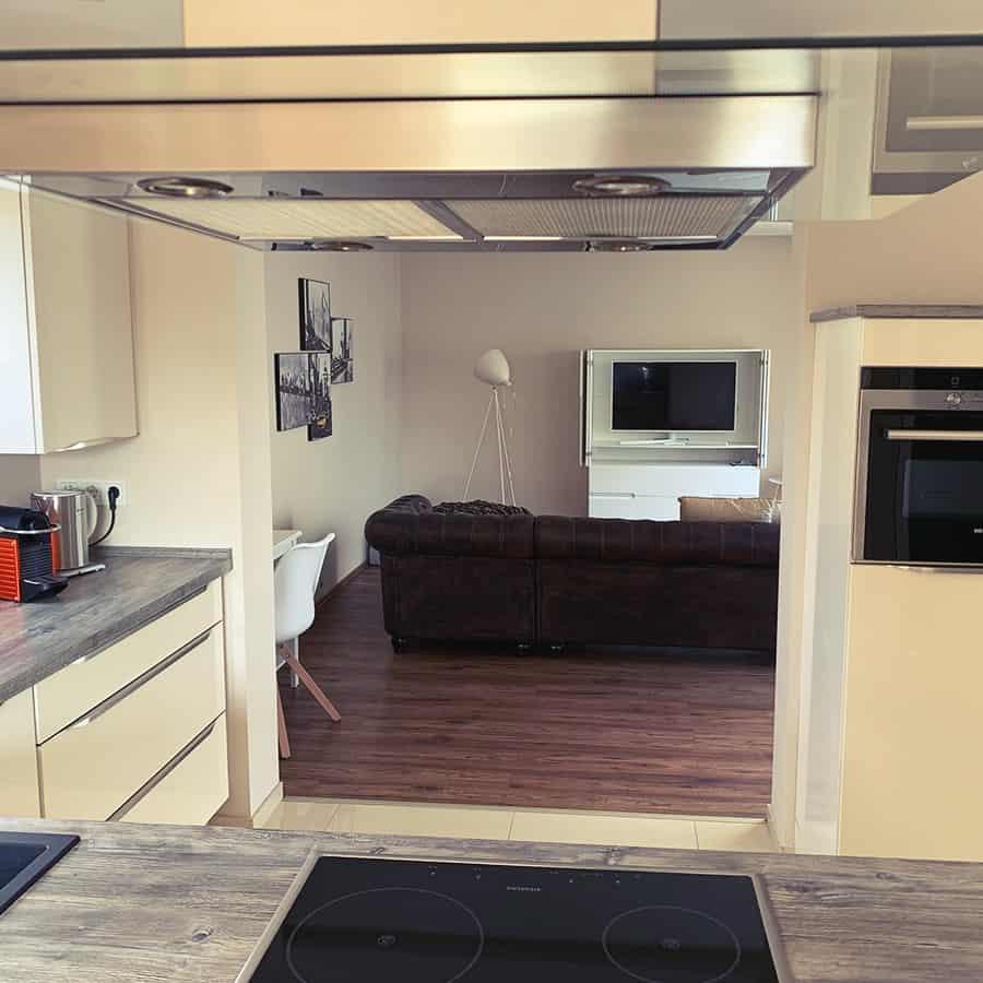 Sicht von Küche auf Wohnzimmer