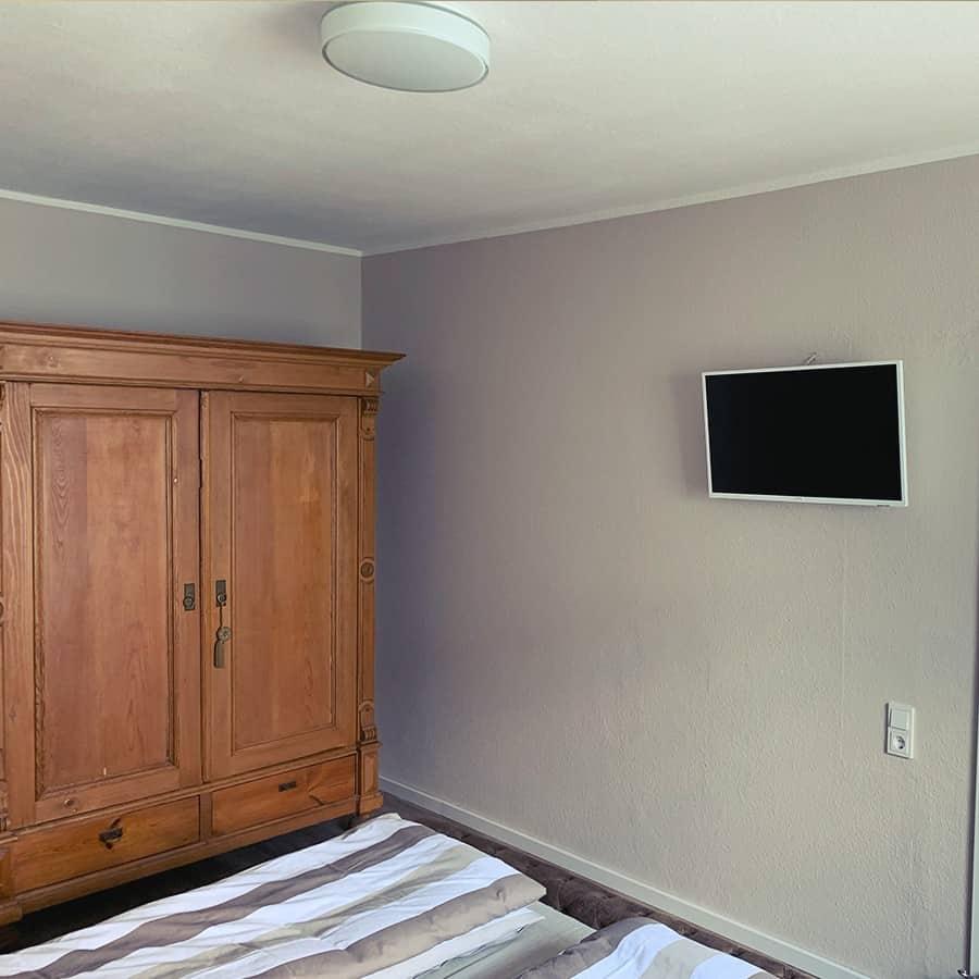 Kleiderschrank und TV