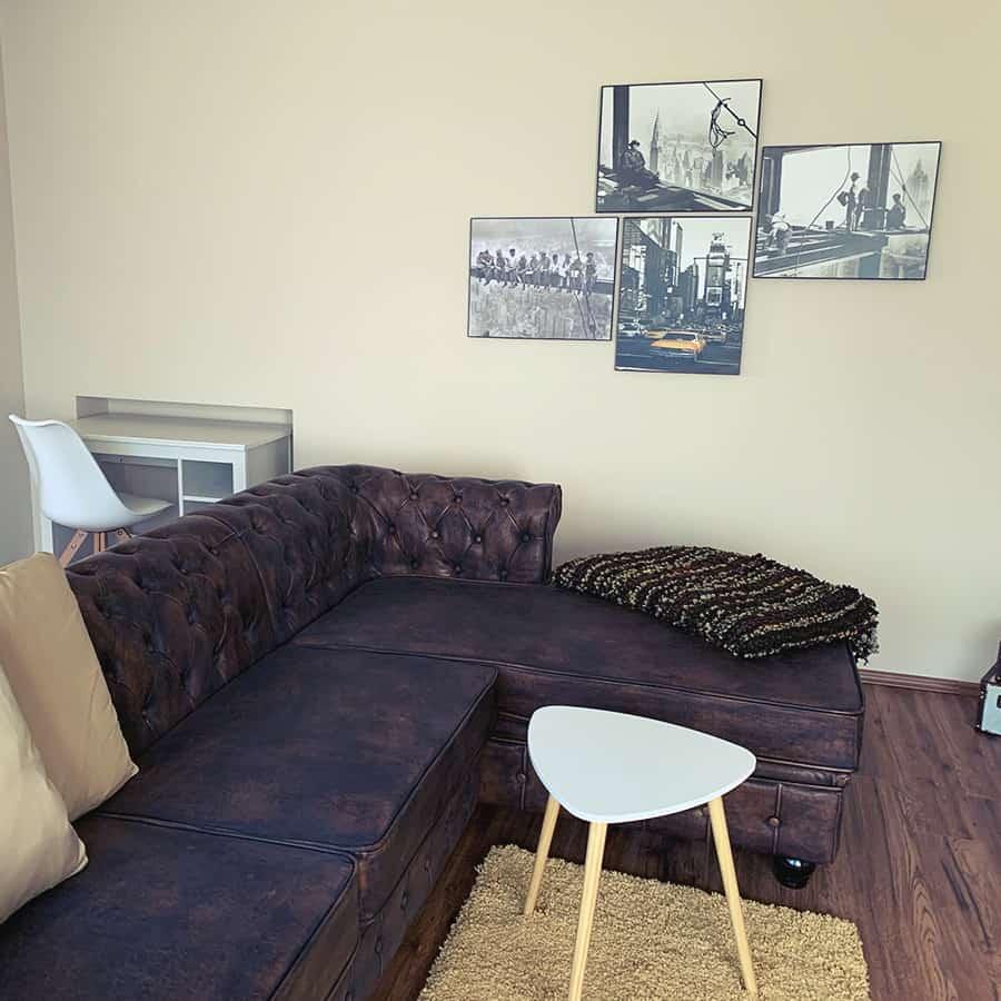 Couch mit Beistelltisch sowie Schreibtisch und Stuhl